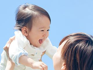 高い高いをされる赤ちゃん