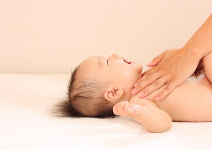 ベビーマッサージをうける赤ちゃん