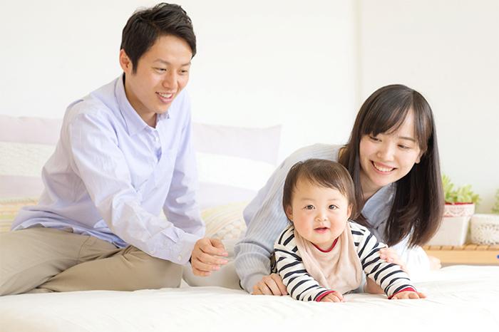 ママとパパと遊ぶ赤ちゃん