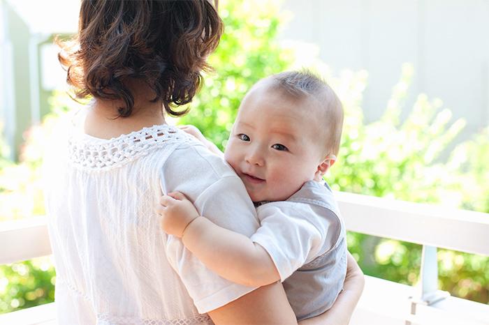抱っこされて喜ぶ赤ちゃん
