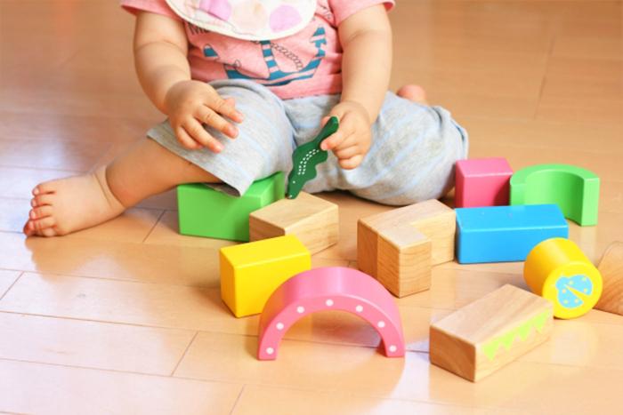 積み木遊びをする赤ちゃん